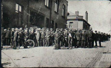 Tyldesley_miners_outside_the_Miners_Hall_during_the_1926_General_Strike.jpg