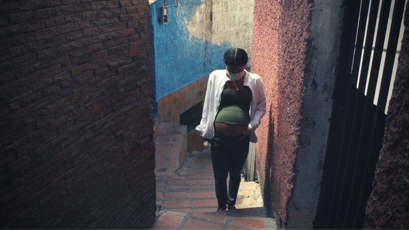 A pregnant woman walking in a Caracas neighbourhood during the COVID-19 lockdown. | Yadira Pérez