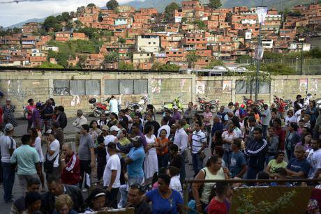 People line up to cast their vote in Petare shantytown, Caracas. Globovisión/flickr. Some rights reserved.