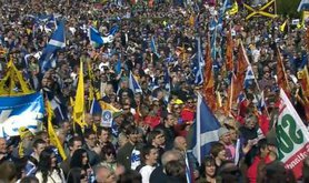 _63073100_march_crowd_flags2.jpg