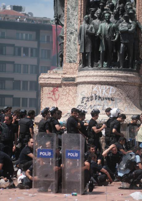 Turkish police forces at the republic monument. Hans Rusinek. All rights reserved.