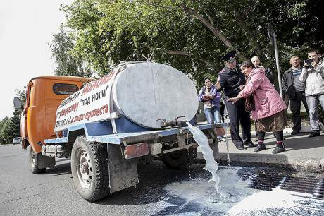 the Gordienko family pours milk down the drain in Omsk. Image courtesy of the author.